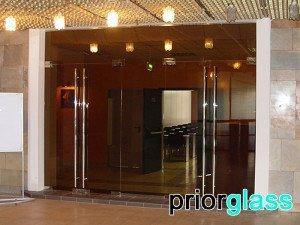 Входные двери из цветного стекла - фото