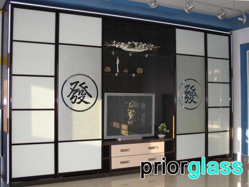 Матовое стекло в интерьере гостиной - фото