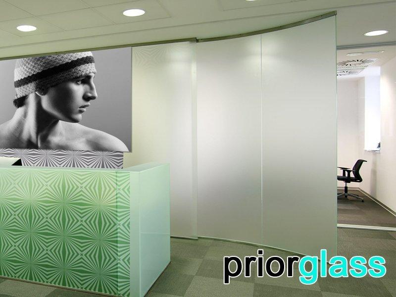 Матовое стекло в интерьере офиса - фото