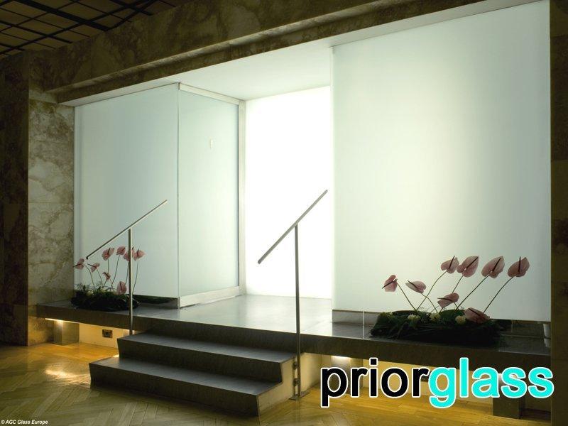 Стекло с матовой поверхностью в интерьере - фото