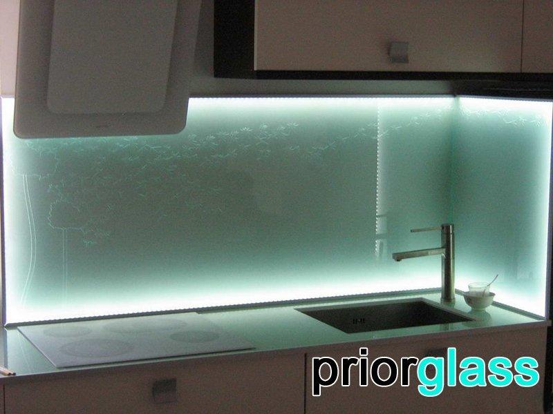 Матовое стекло в интерьере кухни - фото