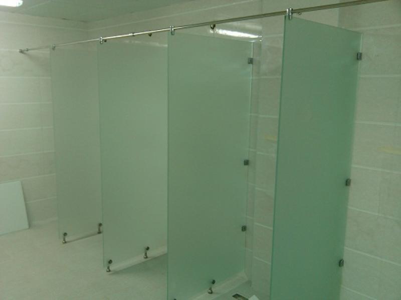 перегородки сантехнические выполненные из стекла